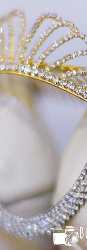 Detalle_de_tiara_corona_collar_y_zapatos