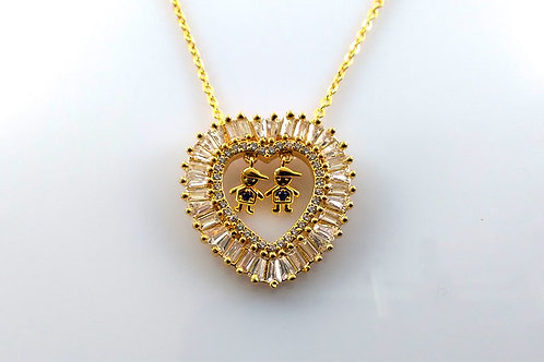 Colar Coração Com Dois Meninos Folheado a Ouro e Pedra Baguete 1