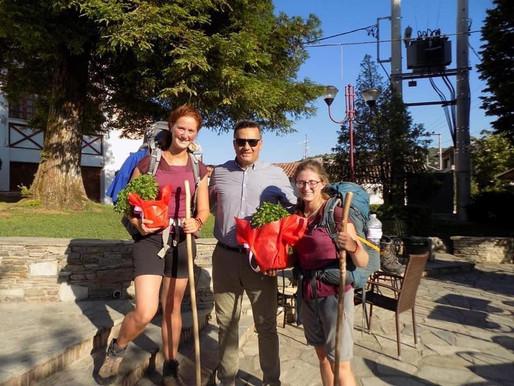 Γαλλίδες προσκυνήτριες ταξιδεύουν με τα πόδια από το Παρίσι στα Ιεροσόλυμα μέσω…Φυλής