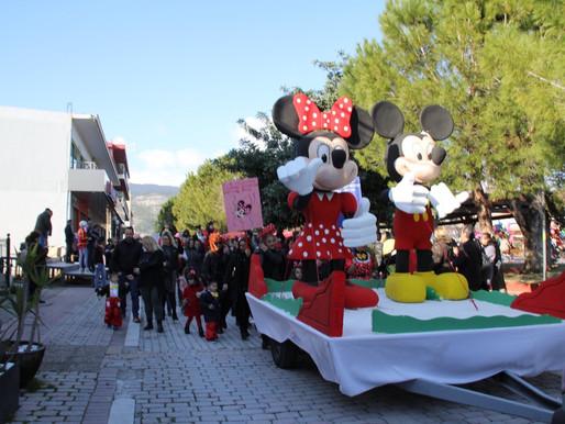 Χιλιάδες Καρναβαλιστές στην παρέλαση καρναβαλιστών και  αρμάτων του Δήμου Φυλής