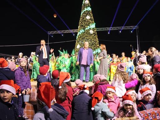 Υπερθέαμα η φωταγώγηση του Χριστουγεννιάτικου Δέντρου στα Άνω Λιόσια!