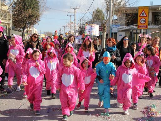 Χιλιάδες καρναβαλιστές στην παρέλαση αρμάτων του Δήμου Φυλής