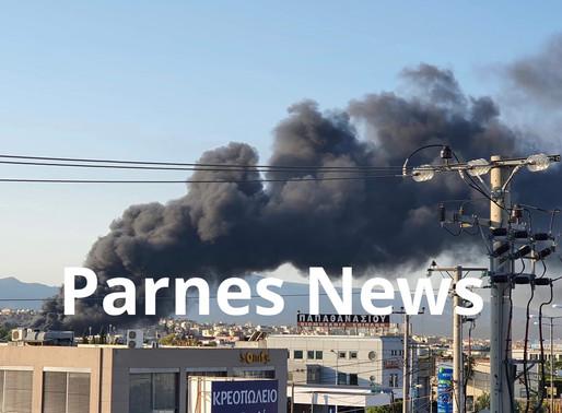 Πυκνοί καπνοί στις Αχαρνές από πυρκαγιά σε εργοστάσιο στην Μεταμόρφωση