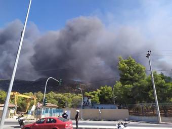 Σε εξέλιξη μεγάλη φωτιά στο νέο νεκροταφείο Άνω Λιοσίων
