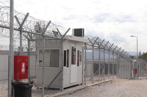 Θετικοί στον κορονοϊό 13 κρατούμενοι του ΑΤ Ομόνοιας - Μεταφέρονται στην Αμυγδαλέζα