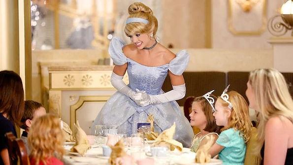 comer disneyland paris restaurantes reservar consejos informacion comidas cenas desayuno personajes princesas Disne