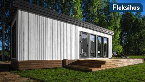 Moderne hvitt minihus med platting
