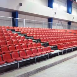 Røde fastmonterte one-piece seter montert i ståltrapp