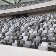 Sorte og grå tribunestoler til idrettsarena