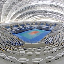 Fisheye bilde av idrettsanlegg med hvite tribunestoler