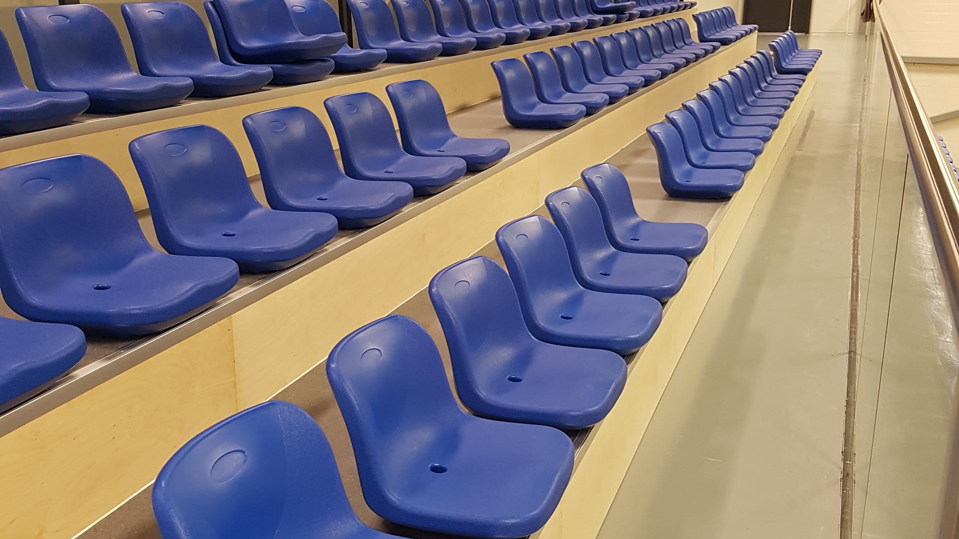 Helstøpte seter til tribune