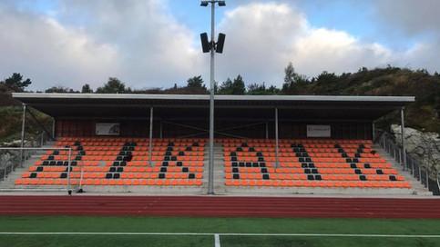 Bilde forfra av Austevoll Idrettsklubb fastmontert tribune