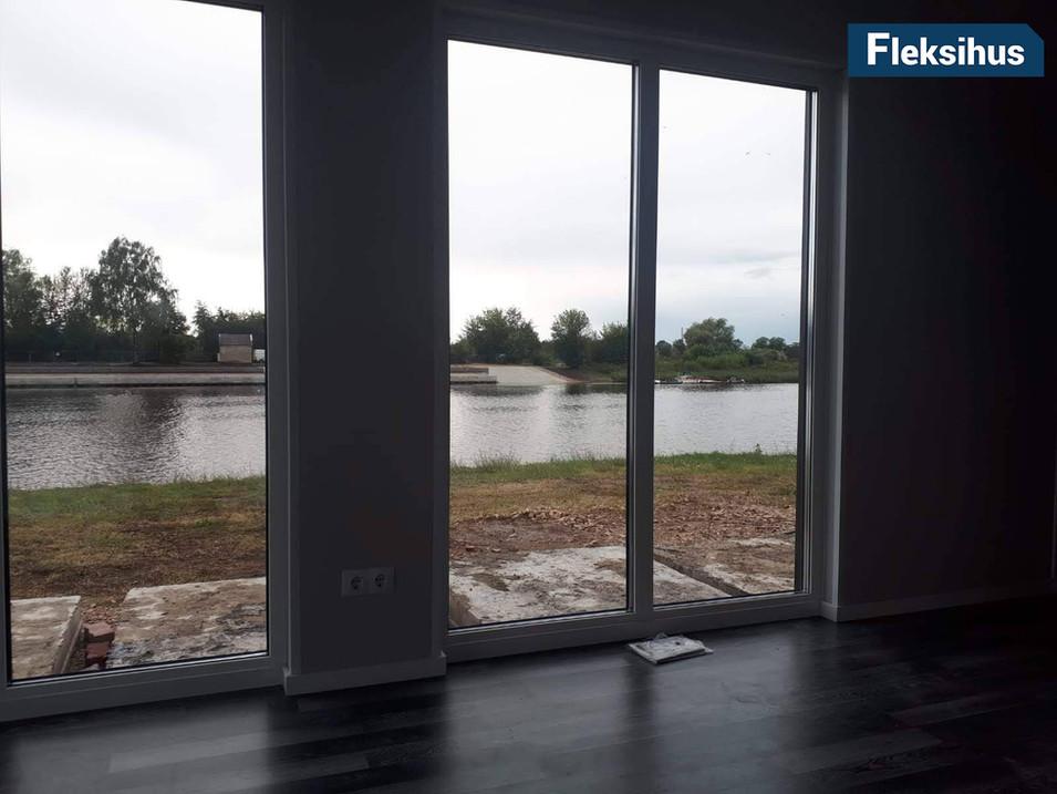 minihus store vinduer og utsikt