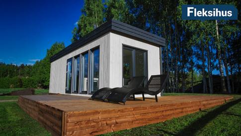 Hvitt minihus med gessims og flatt tak