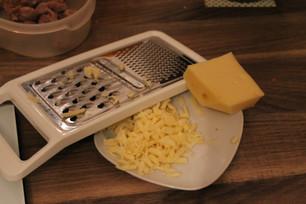 Kürbis mit Hähnchenmagen, Käse und Petersilie an Joghurt
