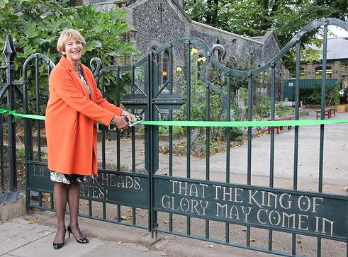 Lady-Mayoress-cutting-the-ribbon-across-