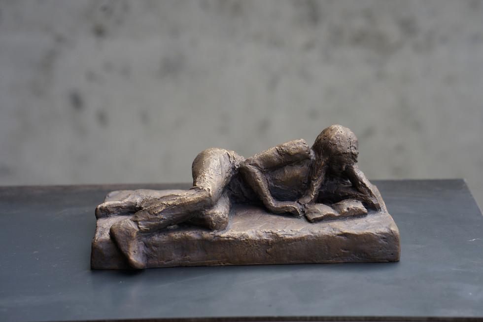 Lesende, Bronze, Höhe ca. 12 cm