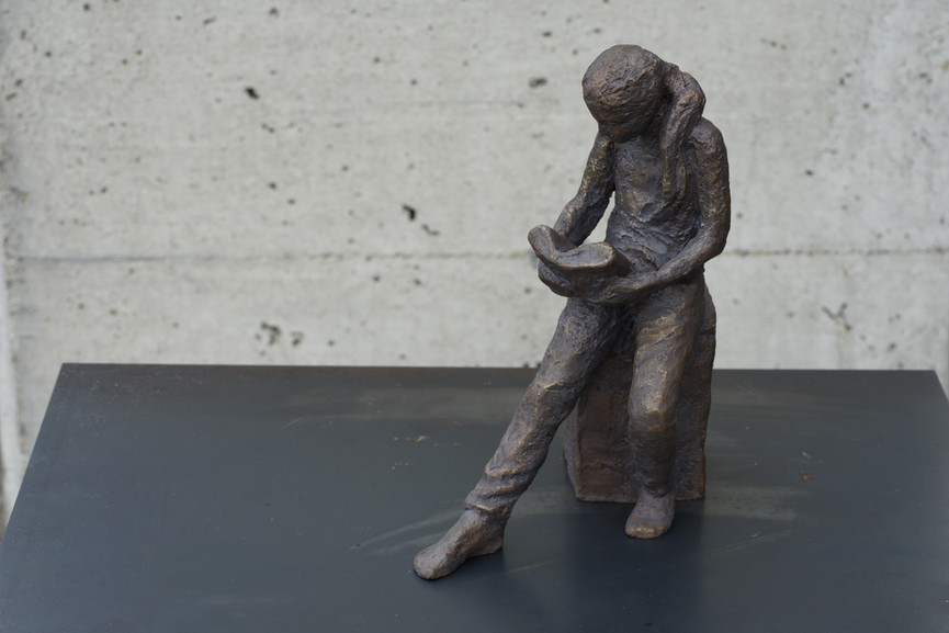 Lesende, Bronze, Höhe ca. 18 cm