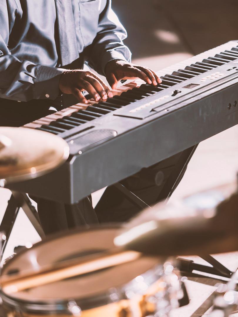Musiker spielen Keyboard