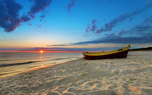 barca-en-la-orilla-de-la-playa.jpg