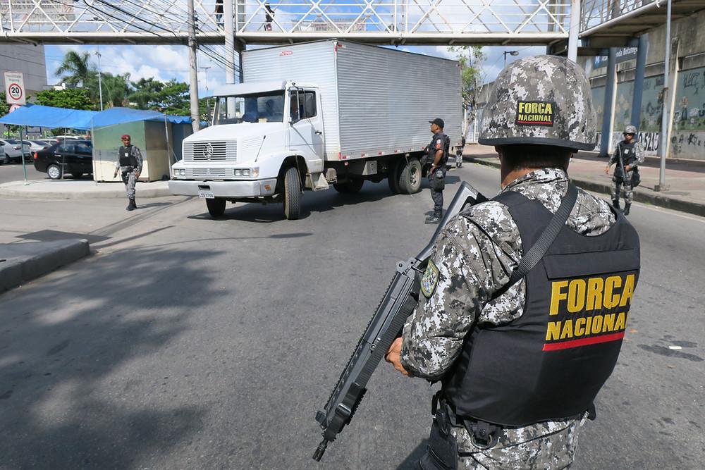 Operação da Força Nacional, junto com a polícia militar fluminense no Rio de Janeiro, no ano passado com foco no combate ao roubo de cargas e repressão ao crime organizado (Foto: Vladimir Platonow/Agencia Brasil)