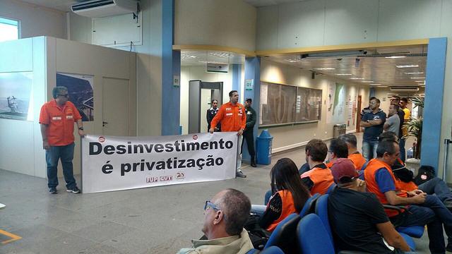 Petroleiros se mobilizam nos aeroportos do Norte Fluminense, contra privatização em bacias de petróleo (Foto: Tezeu Bezerra)
