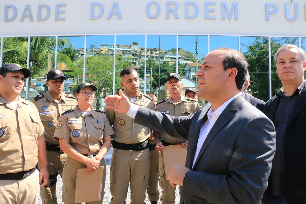 Prefeito Rodrigo Neves anunciou a consulta popular durante formatura de novos guardas (Foto: Luciana Carneiro)