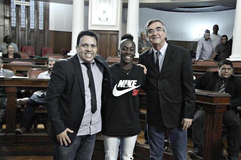 Juliana Conceição da Silva, entre os vereadores Betinho e Paulo Bagueira, presidente da Câmara de Niterói