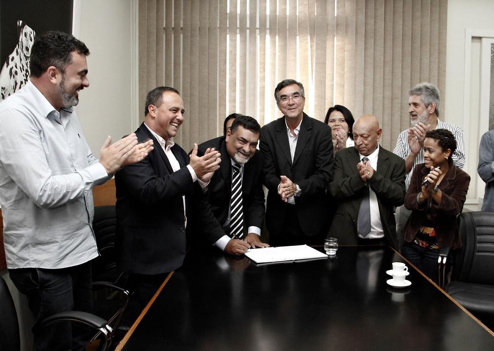 Pipico assina o termo de posse entre o deputado Waldeck Carneiro (PT) e o presidente da Câmara, Paulo Bagueira