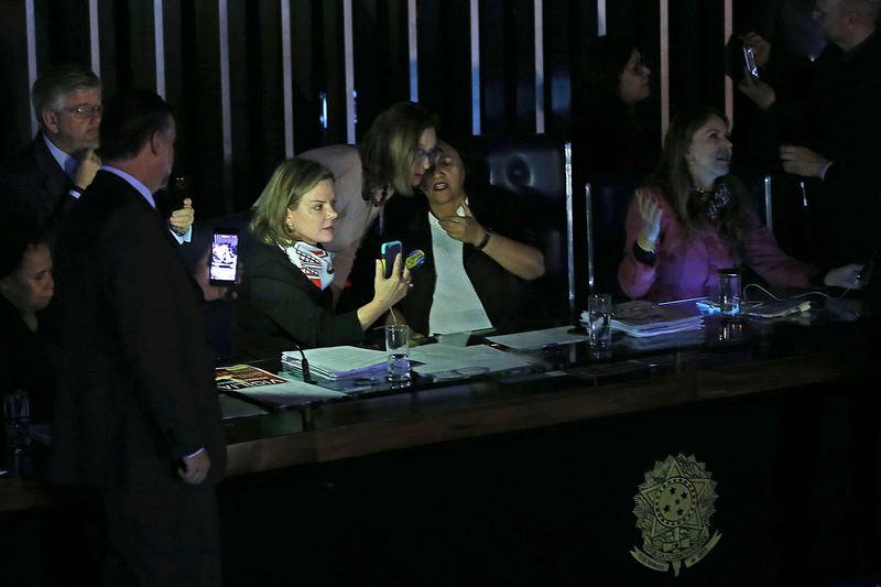 Sem luz, senadoras mantêm ocupação da Mesa do Senado (Antonio Cruz/Agência Brasil)