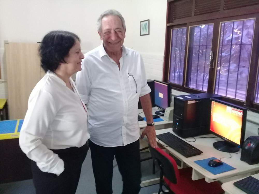 Adriana Neves e José Seba no telecentro da Pestalozzi