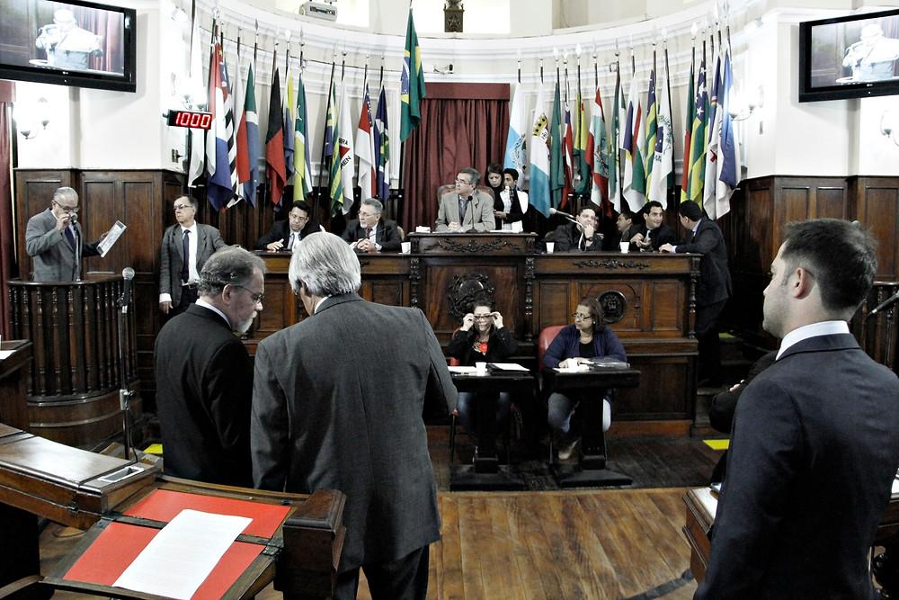 O vereador da cidade de São Gonçalo, José Carlos Vicente, agradece da tribuna homenagem a seu irmão, já falecido, José Vicente Filho (Foto: Sérgio Gomes/Ascom CMN)