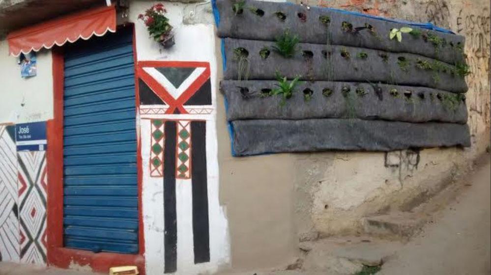 A Esquina da Paz, formada pelos grafismos indígenas e o muro verde, no Morro do Estado