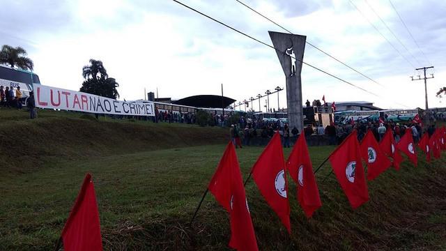 Ato pela Reforma Agrária contra a criminalização e a impunidade, realizado hoje cedo em Curitiba / Brasil de Fato Paraná