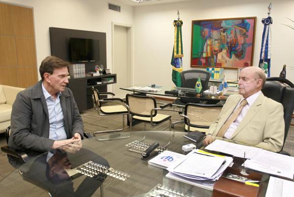 O governador em exercício do Rio, Francisco Dornelles, recebe o prefeito Marcelo Crivella no Palácio Guanabara para discutir crescimento da violência (Foto: Clarice Castro)