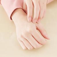 Metode water-based dry clean ini dijamin lembut untuk pakaiandan kulit Anda, tidak seperti kimia keras lainnya.