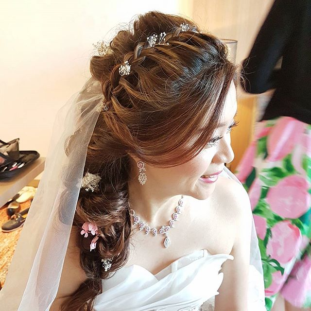 Messy side long hairdo with lace -braided details