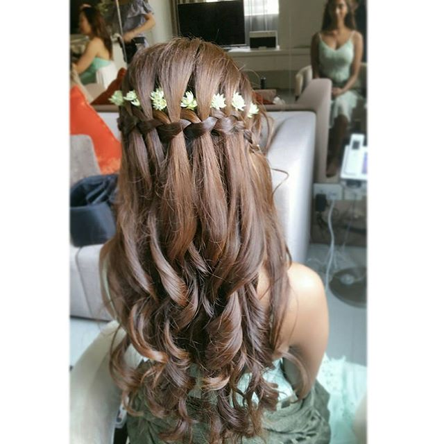 An all-time-fav hairdo for bridesmaids. One of my favs too, pretty & suitable for both medium n long