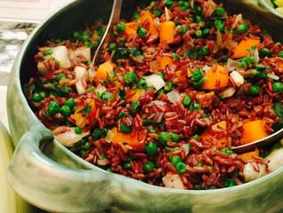 תבשיל אורז אדום עם אפונה וירקות שורש