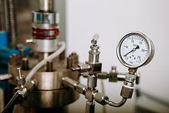 """La tecnología que usa Calpech se llama """"Carbonización hidrotermal"""". Consiste en un autoclave que trabaja a temperatura y presión capaz de transformar los residuos orgánicos en un material carbonoso. Esta tecnología permite obtener las nanoparículas de hierro a partir del alpechín y permite valorizar los residuos orgánicos"""