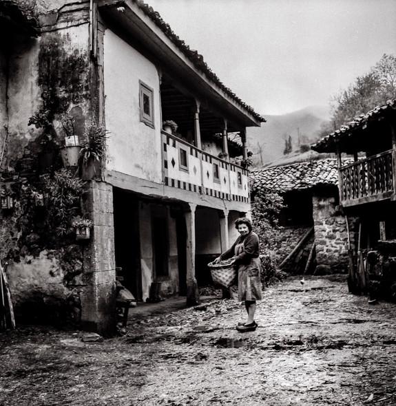 Aldea asturiana con paisana.jpg