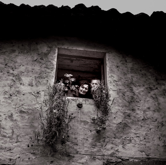 Paisanas en la ventana Asturias-2.jpg