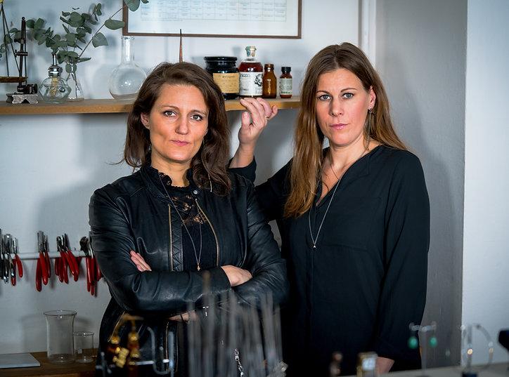 Karin Larssn och Aviva Scheiman på bild i 21 Gram studio. Båda innehar gesällbrev från köpenhamns guldsmedshögskol.
