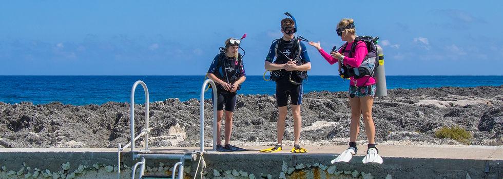 Divetech Grand Cayman instructor teaching a PADI openwater class