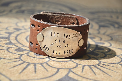 "Manchette en cuir ""Let the sea set you free"""