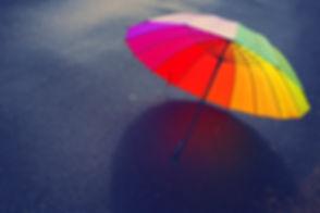 Paraguas sobre asfalto