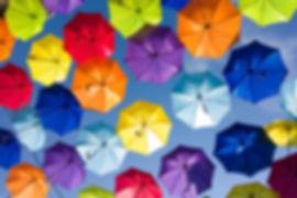Muchos paraguas abiertos en el cielo