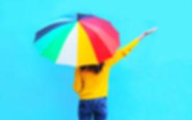 Mujer con paraguas comprobando si sigue lloviendo