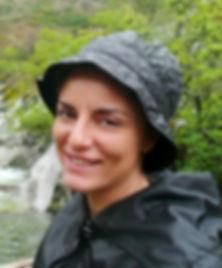 Mujer al lado de un río