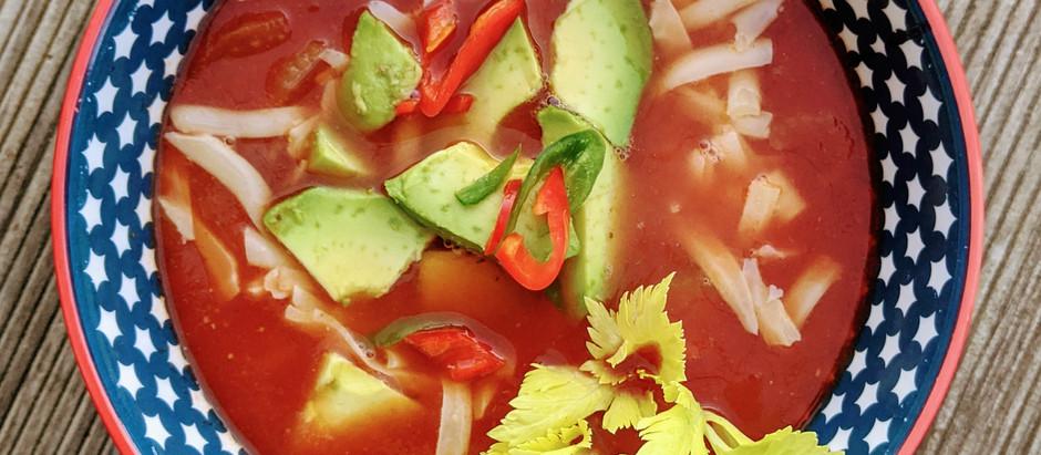 Rajčatová polévka s avokádem a sýrem